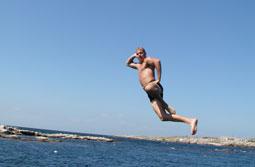 Mann springt ins Wasser