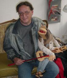 Peter Böttcher mit seiner Handpuppe Karl Friedrich von Möchtegern