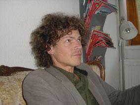 Peter Märtens auf dem langeleine-Sofa