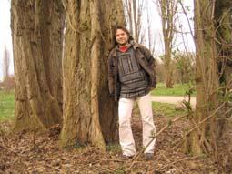 Johannes Weigel zwischen den Bäumen