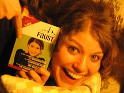 Neele mit Faust-Veranstaltungsprogramm