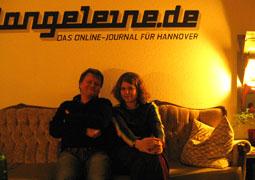 Gemütlich! Neele Kramer mit Henning Chadde auf dem langeleine-Sofa