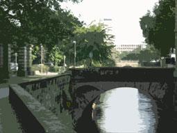 Brücke am hohen Ufer