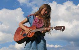 Mari Mana, Singer-Songwriterin