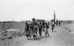 Der Staatssekretär des Reichskolonialamtes, Bernhard Dernburg, lässt sich durch die deutsche Kolonie Deutsch-Ostafrika tragen