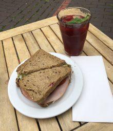 Teestübchen Sandwich und Eistee