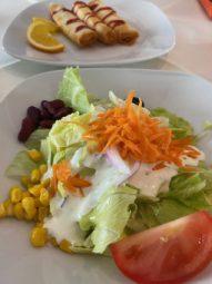Salat und Käseröllchen