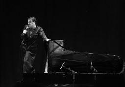 Macht als musikalisches Genie sowohl am als auch auf dem Piano eine gute Figur: der gebürtige Kanadier Chilly Gonzales